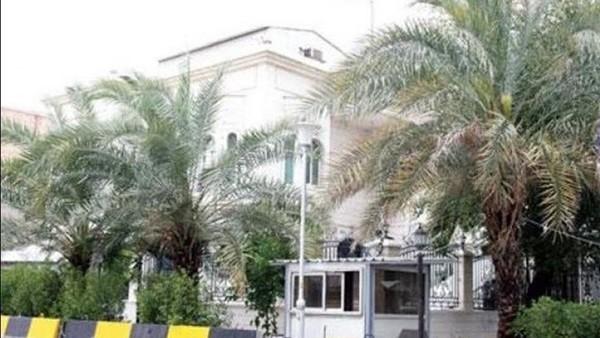 الأمن الكويتي يعتقل مواطنا أحدث شغبا أمام القنصلية المصرية