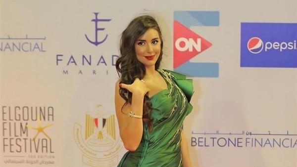 ياسمين صبري تتصدر تويتر ومغردون: قمر كالعادة بس الفستان وحش
