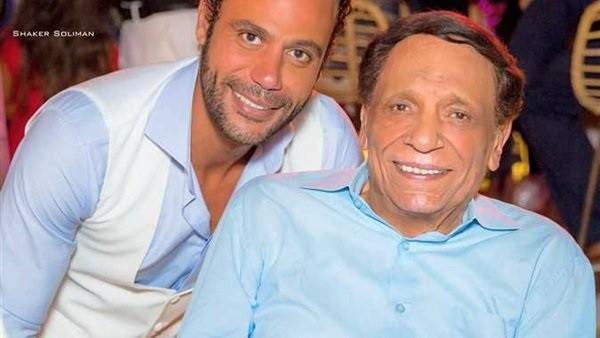شاهد.. ابن الزعيم فى صورة نادرة مع والده عادل إمام