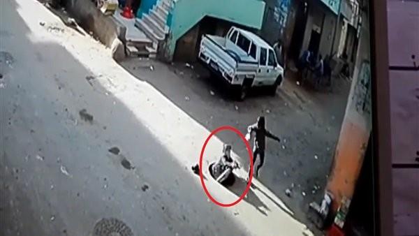 فيديو جراف.. شجاعة مصري تنقذ طفلا سقط في بالوعة