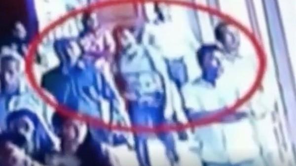 شاهد.. لحظة دخول الانتحاري إلى كنيسة سريلانكا