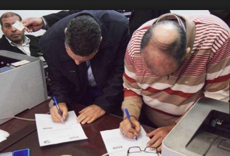 إقبال مكثف للعمالة الموسمية على شراء شهادات «أمان المصريين» فى فروع البنوك