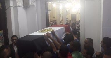 بالصور.. مدير أمن السويس يتقدم مشيعى جثمان شهيد حادث الواحات