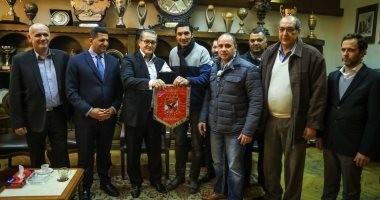 صور.. الأهلى يهدى السفيرين المصرى والصربى درع وعلم النادى