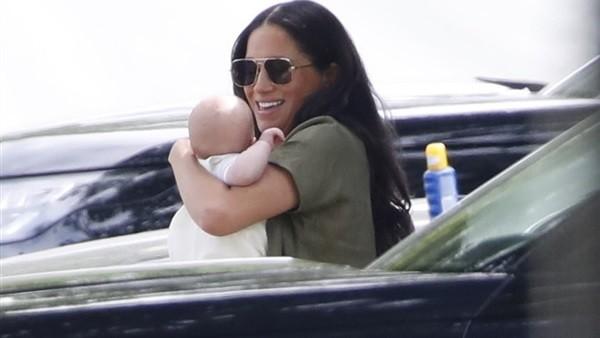 فسحة ملكية.. ميجان ماركل تتنزه مع طفلها أرتشي لأول مرة