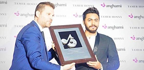 بالصور| تكريم تامر حسني كأول مطرب عربي يحقق 100 مليون مشاهدة واستماع
