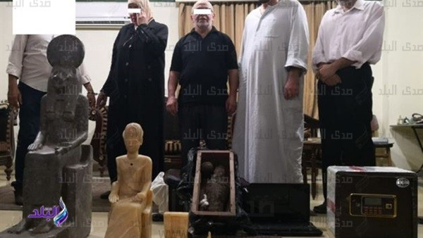 السياحة تضبط 4 أشخاص بحوزتهم 58 قطعة أثرية من بينها تمثال لرمسيس.. صور