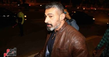 صور.. ياسر جلال وأحمد فهمى وهنا الزاهد فى عزاء محمود الجندى