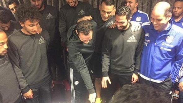 منتخب مصر يحتفل بعيد ميلاد فتحى وباولو فى معسكر برج العرب