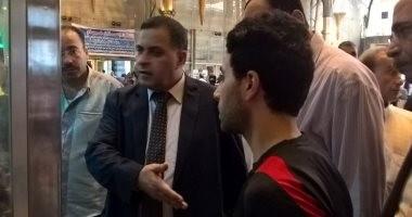 رئيس هيئة السكة الحديد يتفقد شبابيك ومكاتب حجز التذاكر بمحطة مصر