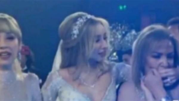 بكاء وتأثر هنا الزاهد ووالدتها في حفل زفافها على احمد فهمى ..فيديو