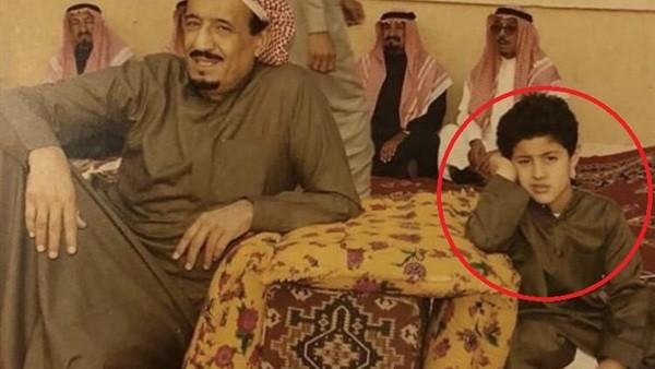 في صورة نادرة.. تعرف على الطفل الجالس ببساطة بجوار الملك سلمان