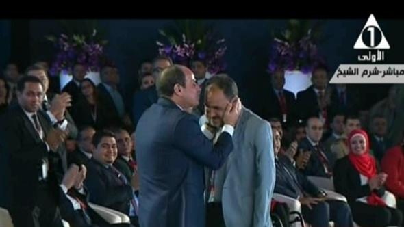 الرئيس السيسي يقبل رأس إبراهيم حمدتو بطل تنس الطاولة.. فيديو