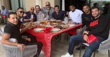 محمد رمضان ولويس فيجو وإيتو والحسينى على مائدة عشاء فى المغرب