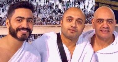 بعد نجاح حفلته فى السعودية.. تامر حسنى يؤدى مناسك العمرة برفقة شقيقه