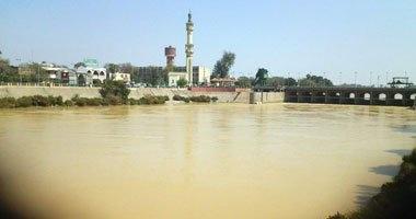 بالصور .. عكارة السيول تصل نيل بنى سويف وشركة المياه تقطع الخدمة