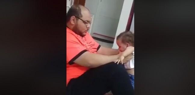 من تعذيبها إلى القبض عليه.. القصة الكاملة لأب يعتدي على طفلته بالسعودية