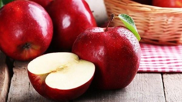 لهذا السبب عليك بتناول تفاحة واحدة يوميا.. لن تصدق