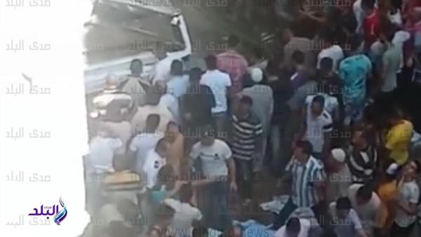 شاهد.. مصرع 5 أشخاص بعد سقوط سيارة من أعلي محور صفط اللبن