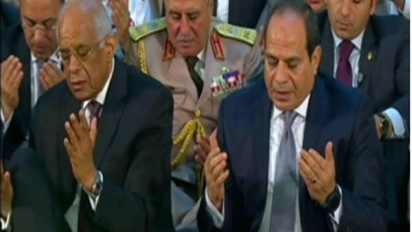 السيسي يتبادل التهاني مع كبار رجال الدولة عقب أداء صلاة العيد بالإسكندرية