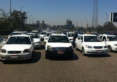 إضراب سائقي الأجرة بخطوط كفر شكر.. ومجلس المدينة يدفع بخطوط النقل الجماعي