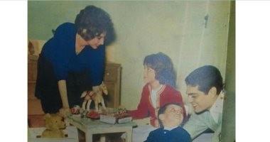 صورة تاريخية.. فاتن حمامة وعمر الشريف يلعبان مع الطفلين نادية وطارق