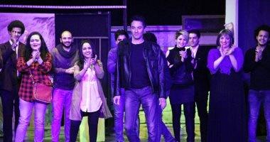 """بالصور.. فتحى عبدالوهاب يحتفل بالعرض الأول لـ""""بس أنت مش شامم"""" على مسرح ميامى"""