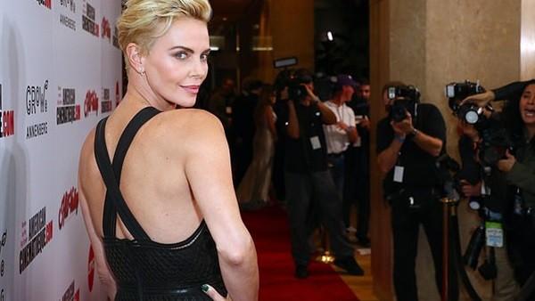 بدون بطانة.. تشارليز ثيرون تتألق خلال تكريمها في حفل جوائز American Cinematheque ..صور