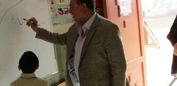 بالصور| إحالة معلم للتحقيق الفوري لتدخينه داخل المدرسة في الفيوم