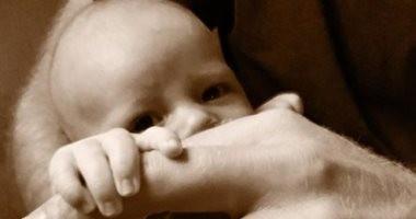 الكشف عن أول صورة للطفل ارتشى نجل الأمير هارى وميجان ماركل