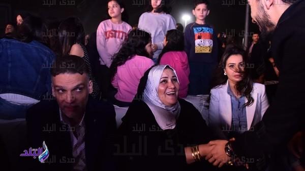 والدة محمد رمضان تحضر حفله الأول في التجمع الخامس.. صور