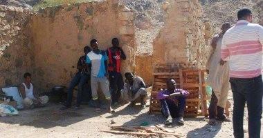 القبض على 5 أشخاص أثناء تنقيبهم عن الذهب الخام بوادى عبادى فى أسوان