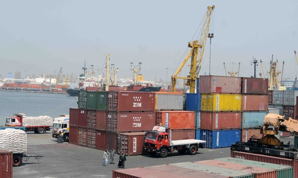 سلطات ميناء الإسكندرية تنجح في تعويم السفينة الجانحة بمدخل ميناء الدخيلة