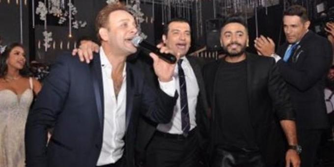 تامر حسني يغني لمصطفى قمر وإيهاب توفيق في حفل زفاف نجل محسن جابر