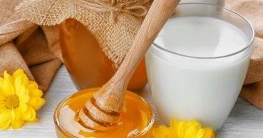 جدد شبابك وخليك فى الطبيعى..7 فوائد مذهلة لإضافة العسل للحليب