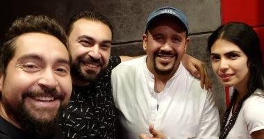 """مذيعو """"إينرجى"""" يحتفلون بعيد ميلاد هشام عباس باقتحام استوديو برنامجه"""