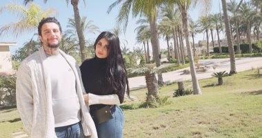 """""""كرش"""" أحمد الفيشاوى يثير سخرية متابعيه بعد نشر صورة جديدة مع زوجته"""