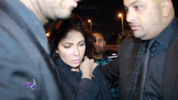 منى زكي تهرب من ملاحقة المعجبين في عزاء محمود الجندي