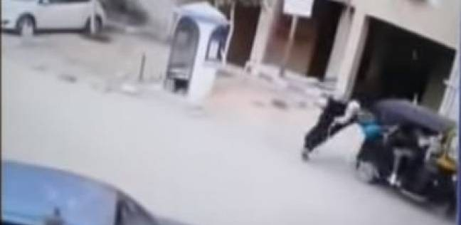بالفيديو| سرقة حقيبة سيدة باستخدام توك توك في مدينة نصر