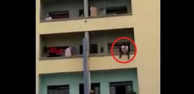 تحدثت مع الجيران بصوت عال.. عامل يلقي والدته من البلكونة في الدقهلية