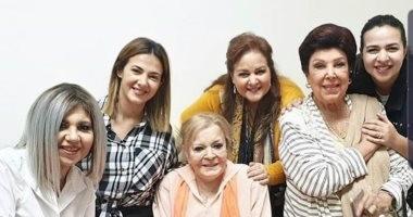فيديو.. عائلة سمير غانم وبوسى شلبى ورجاء الجداوى يزورون نادية لطفى بمنزلها