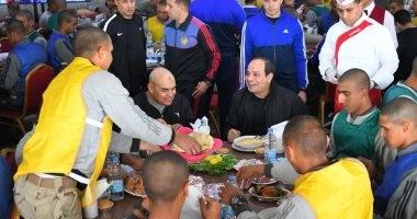 صور.. الرئيس السيسي يشارك طلبة الكلية الحربية وجبة الإفطار