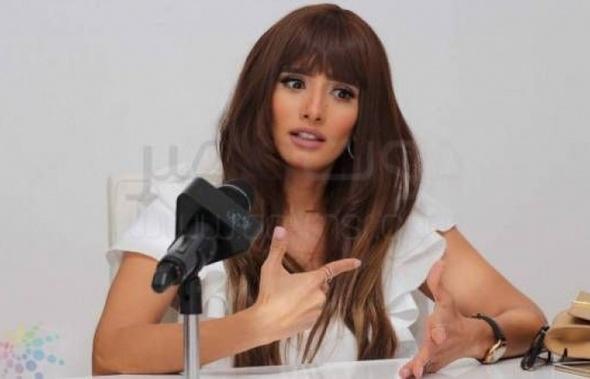 دفاع الفنانة زينة بعد حبس عز: تحملت الكثير من أجل أولادها