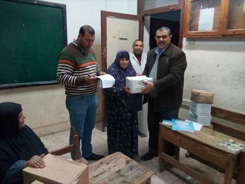توزيع سلع غذائية على الملتزمين في فصول محو الأمية بكفر الشيخ