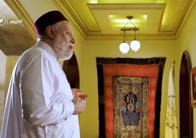 فيديو.. علي جمعة يعرض سترة لقبر النبي عمرها 428 سنة