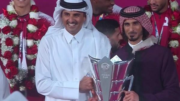 بسبب صورة عائلية مع كأس آسيا.. أمير قطر يهين قائد المنتخب.. فيديو