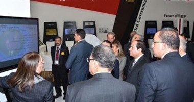 السيسى يتفقد جناح هيئة البريد فى أول أيام معرض القاهرة الدولى للاتصالات