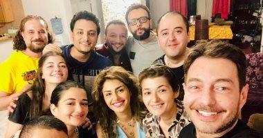 """أصدقاء العمر يفاجئون """"أحمد زاهر"""" فى المنزل للاحتفال بعيد ميلاده"""