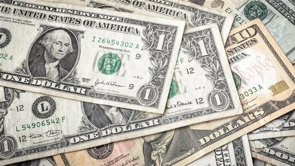 تراجع أسعار الدولار في 8 بنوك