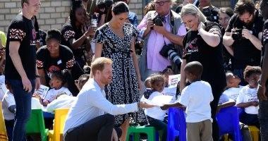 هارى وميجان يتحديان القواعد الملكية..يقبل يد فقيرة وتحتضن طفل